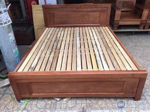 Giường gỗ xoay đào 1.8m x 2m giá rẻ tại nội thất Ami, với thiết kế tinh tế, Sản phẩm với màu nâu cánh dán (màu đỏ đun) tạo nên sự ấm cúng cho phòng ngủ của bạn.        Hỗ trợ giá vận chuyển đường dài và ngoại tỉnh.  Bảo Hành: 6 tháng  Giá chưa bao gồm VAT, vui lòng + 10% nếu có nhu cầu