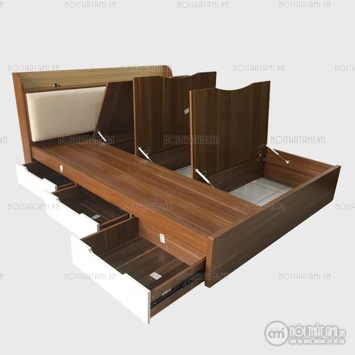 Giường ngủ được làm từ gỗ MDF phủ melamine chống mối mọt, cong vênh.Đầu giường được bọc thêm đệm đầu giường êm ái giúp giường của bạn trở nên sang trọng hơn