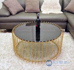 Bàn sofa hình tròn làm bằng hợp chất kim loại không gỉ được phun sơn tĩnh điện chống han rỉ bong tróc và kính mặt bàn là thủy tinh chịu lực dày trong suốt hoặc mặt đá nhân tạo.
