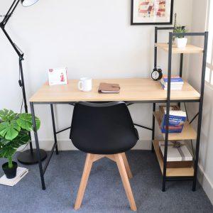 Bàn máy tính, bàn học giá sách hiện đại được làm bằng chất liệu gỗ công nghiệp. Mặt bàn chân sắt sơn tĩnh điện mặt gỗ công nghiệp có độ dày 18mm . Bàn có thiết kế dạng thẳng với mặt bàn nhẵn bóng. Đặc biệt bàn còn được tích hợp thêm phần giá sách phía cạnh tăng không gian để đồ cho bạn.